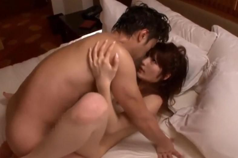 【桐谷ユリア】スレンダー巨乳美女とホテル求め合うような熱烈なハメ撮りSEX映像